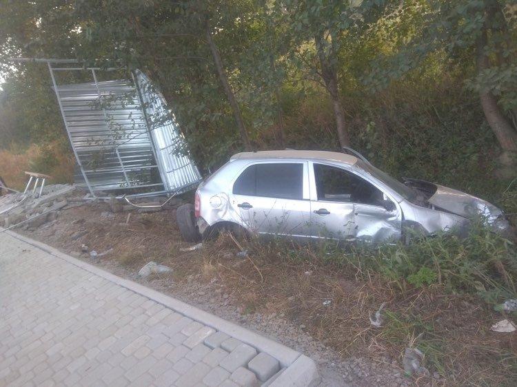 Автопригода на Мукачівщині: водій не впорався з керуванням, в'їхав у зупинку (ФОТО), фото-1