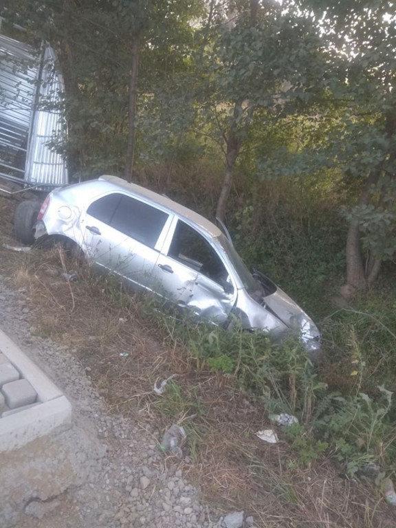 Автопригода на Мукачівщині: водій не впорався з керуванням, в'їхав у зупинку (ФОТО), фото-2