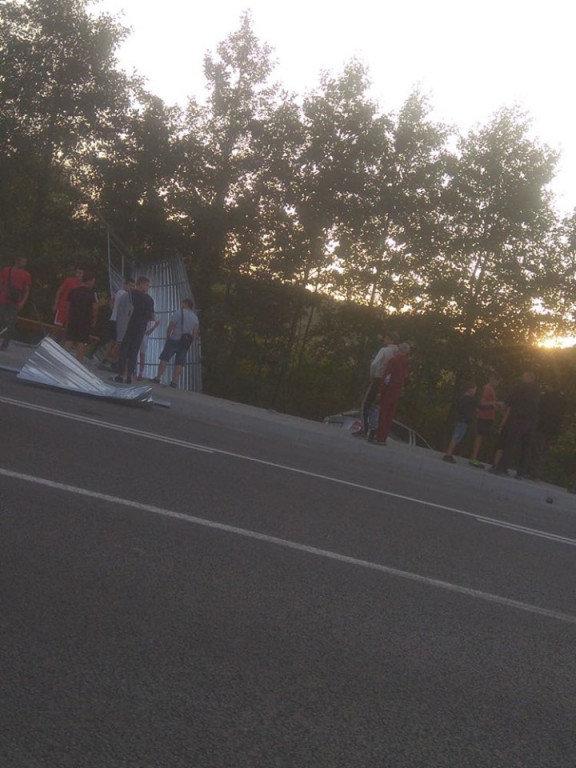 Автопригода на Мукачівщині: водій не впорався з керуванням, в'їхав у зупинку (ФОТО), фото-3