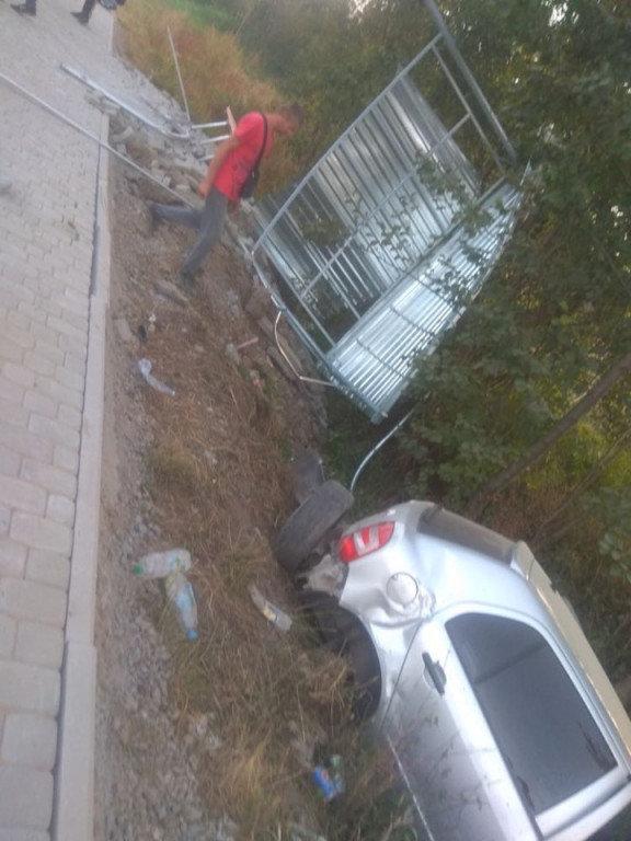Автопригода на Мукачівщині: водій не впорався з керуванням, в'їхав у зупинку (ФОТО), фото-4