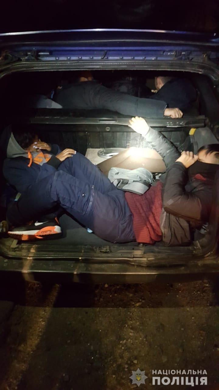 Невдала спроба незаконного перетину кордону: закарпатець віз 8 нелегалів (ФОТО), фото-1