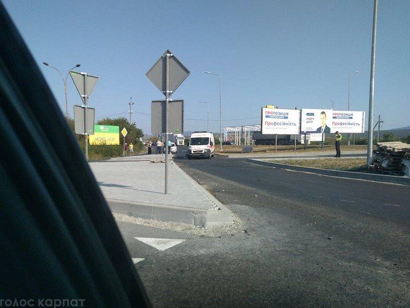 Аварія на виїзді з Ужгорода: пошкоджена машина швидкої допомоги, - ЗМІ, фото-2