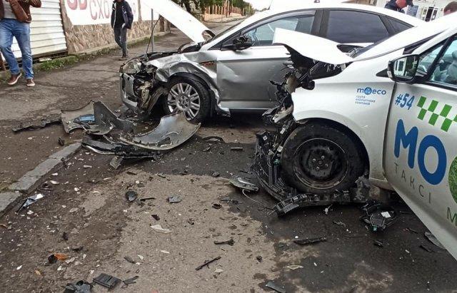 Аварія в Ужгороді: зіткнулися Renault та Ford Mondeo (ФОТО), фото-2
