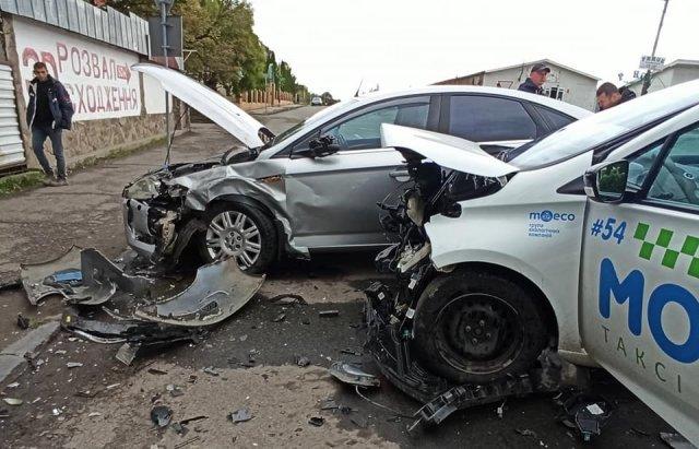 Аварія в Ужгороді: зіткнулися Renault та Ford Mondeo (ФОТО), фото-4