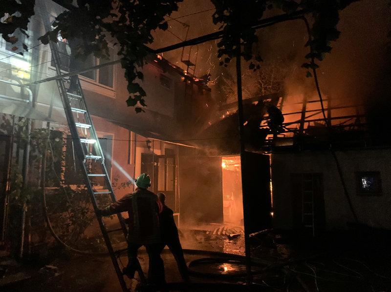Вночі у м. Хуст горів будинок: вогнеборцям вдалося локалізувати та ліквідувати пожежу (ФОТО), фото-1