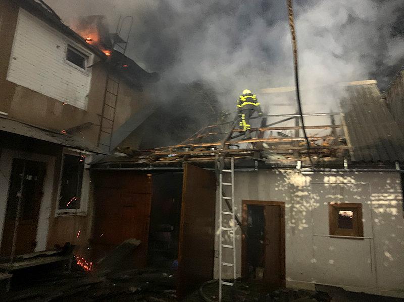 Вночі у м. Хуст горів будинок: вогнеборцям вдалося локалізувати та ліквідувати пожежу (ФОТО), фото-3