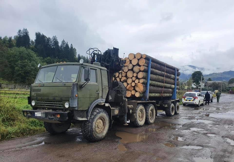 На Закарпатті правоохоронці зупинили вантажівку з сумнівною деревиною (ФОТО), фото-1