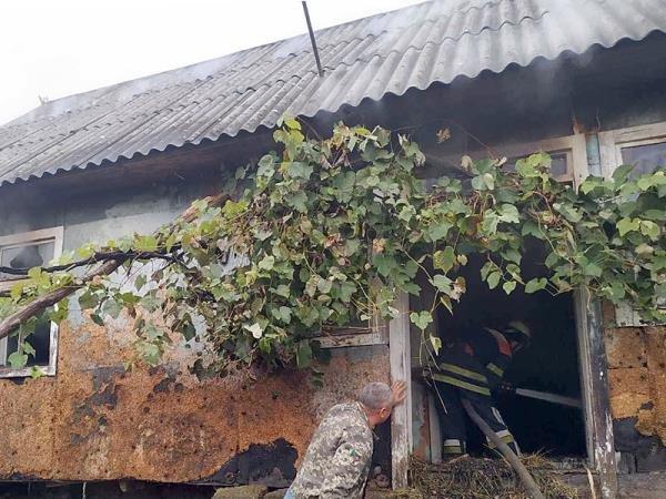 Чергова пожежа: на Закарпатті загорівся дерев'яний будинок (ФОТО), фото-3