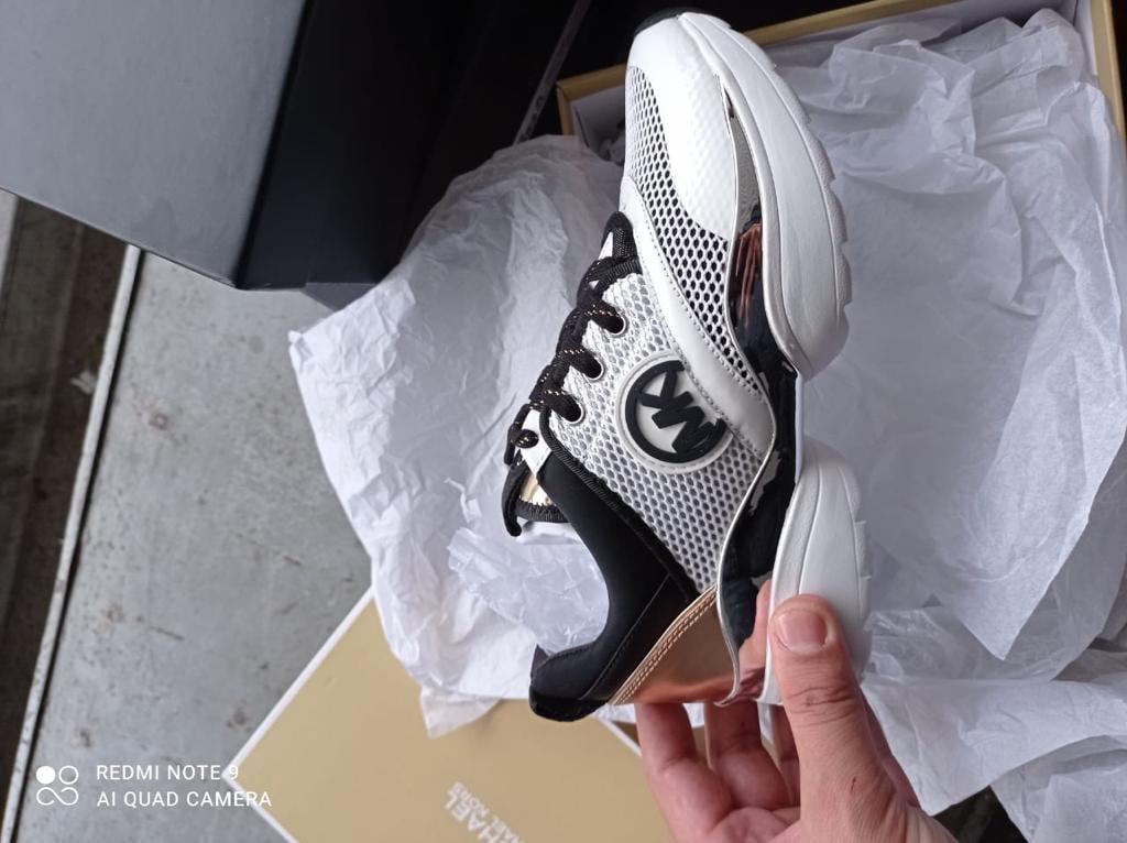 На кордоні з Угорщиною закарпатські митники виявили брендове взуття з Італії (ФОТО), фото-2