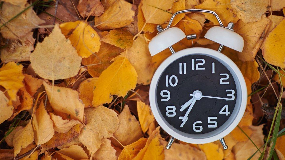 25 жовтня Україна переведе стрілки годинників на одну годину назад, фото-1