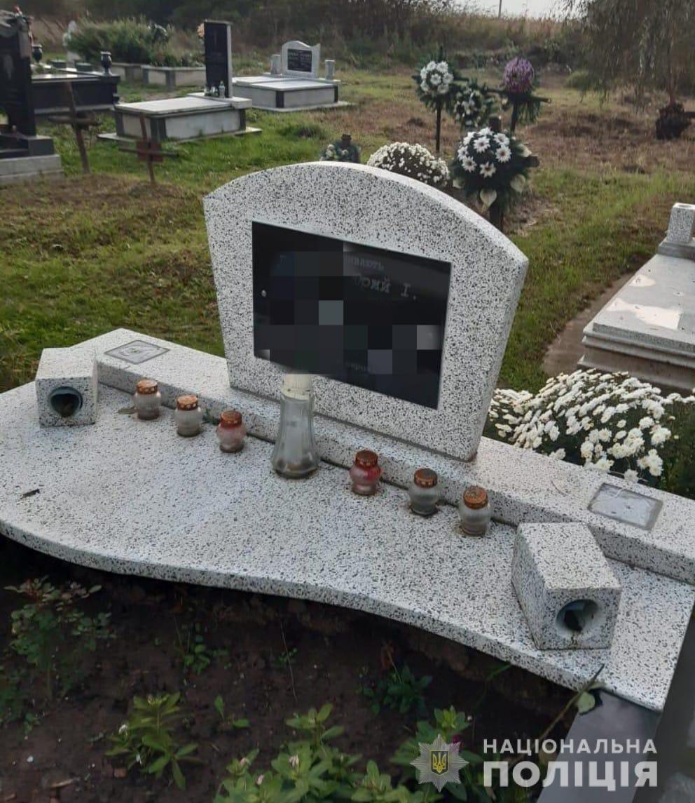 Вандали нищать могили на кладовищі (ФОТО), фото-1