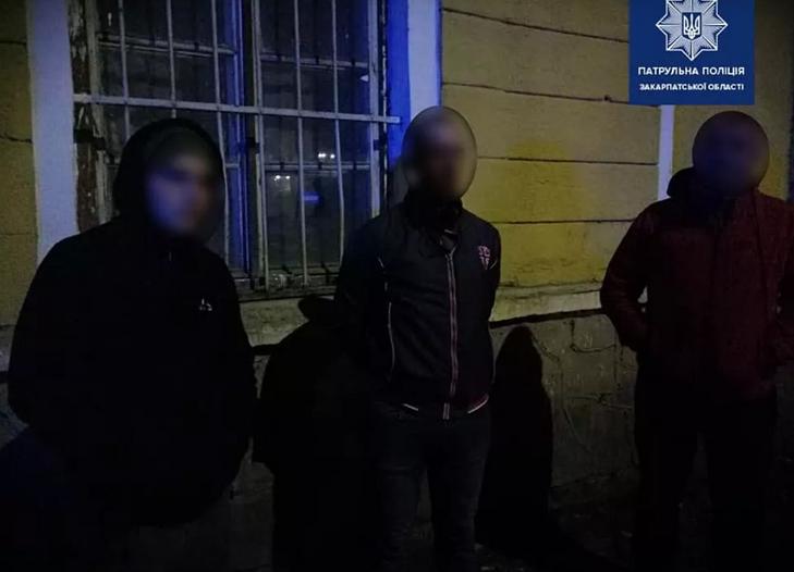В Ужгороді банда чоловіків чіплялась до перехожих та погрожували їм ножем (ФОТО), фото-2