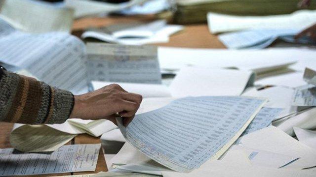 На Закарпатті на одній дільниці виборцям видавали бюлетені без паспорта, фото-1