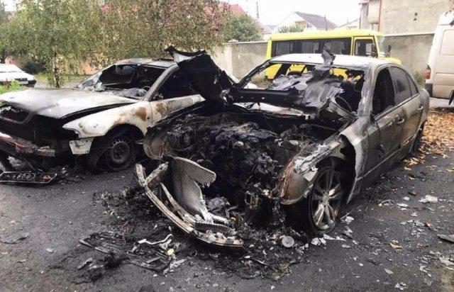 Вогонь перекинувся на інші машини: на Закарпатті згоріли три автівки (ФОТО), фото-1