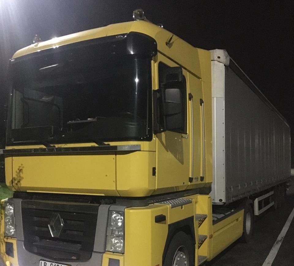 Втратив вантажівку: на МП «Ужгород» митники виявили у перевізника фальшиві документи , фото-1