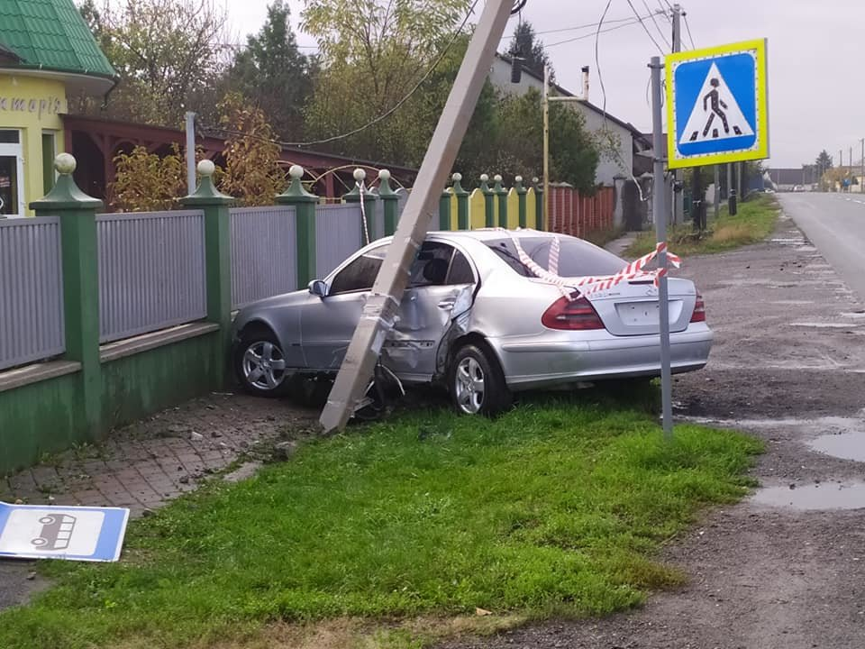 ДТП під Ужгородом: автівка врізалась у паркан (ФОТО), фото-1