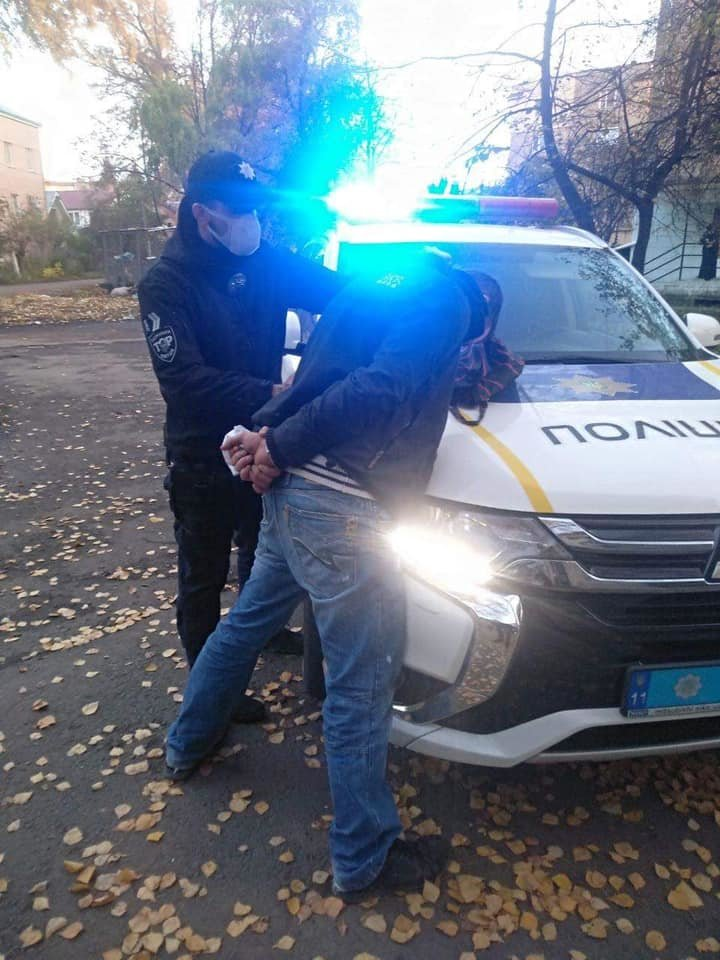 В Ужгороді патрульні у свій вихідний затримали злочинця, який викрав у пенсіонера гроші (ФОТО), фото-1
