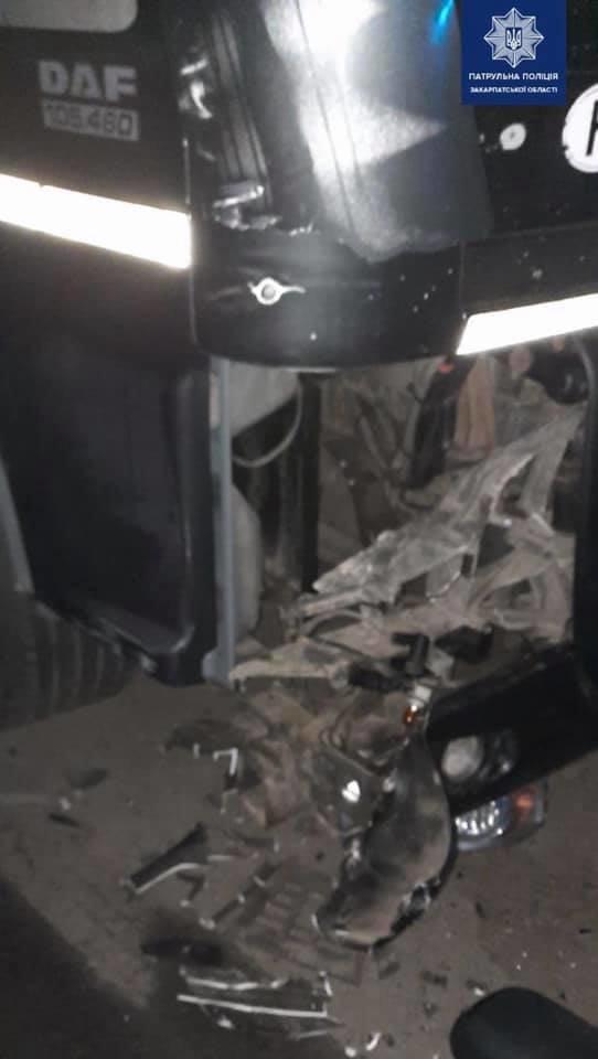 На Ужгородщині п'яний водій фури зіткнувся з іншою вантажівкою (ФОТО), фото-2
