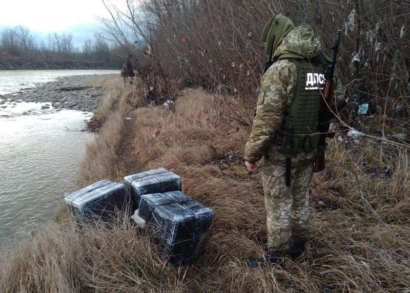 6 пакунків з 12-ма ящиками тютюну: закарпатські прикордонники виловили з річки контрабанду, фото-1