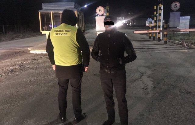 Іноземця, який ховався в Ужгороді примусово вивели з країни (ФОТО), фото-1