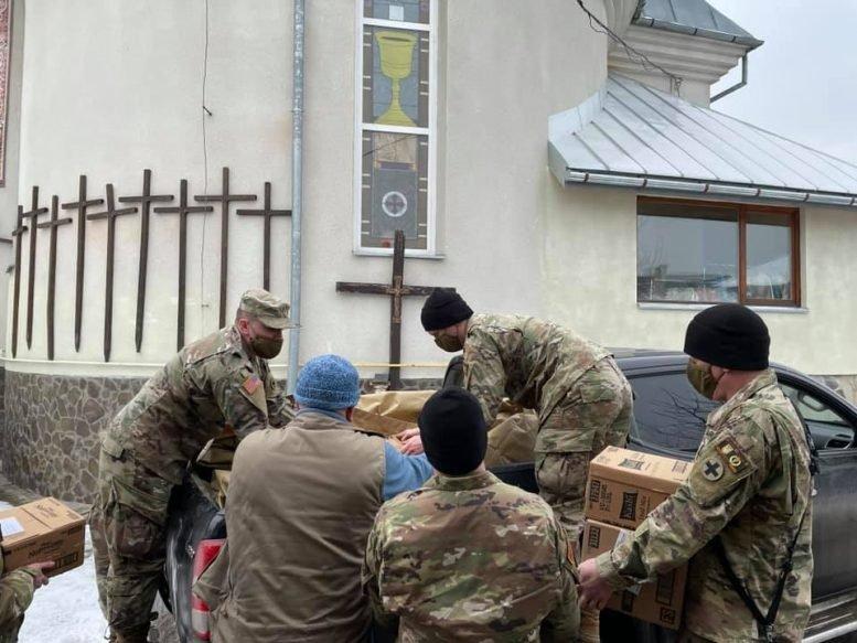 Американські солдати передали гуманітарну допомогу малозабезпеченим Ужгородщини (ФОТО), фото-1