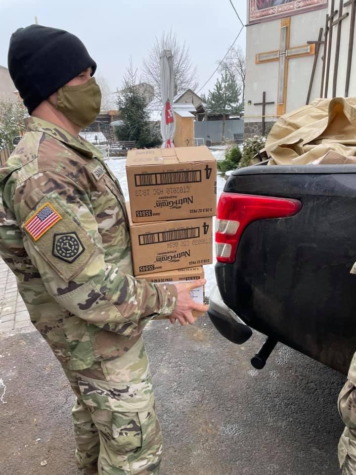 Американські солдати передали гуманітарну допомогу малозабезпеченим Ужгородщини (ФОТО), фото-2