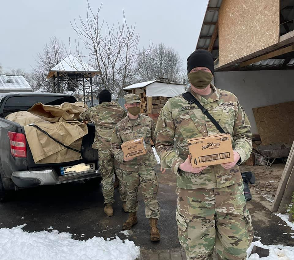 Американські солдати передали гуманітарну допомогу малозабезпеченим Ужгородщини (ФОТО), фото-3