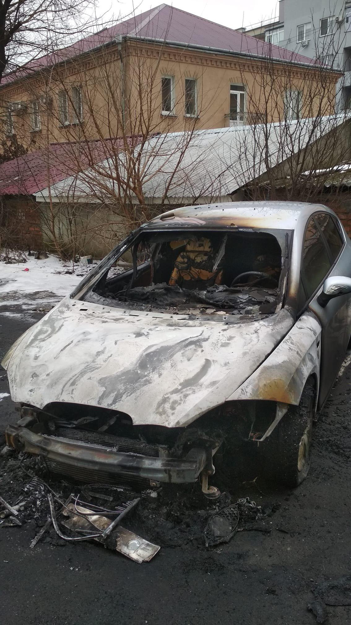 Спалили автівку: ужгородець через соцмережі шукає причетних  до підпалу (ФОТО), фото-1