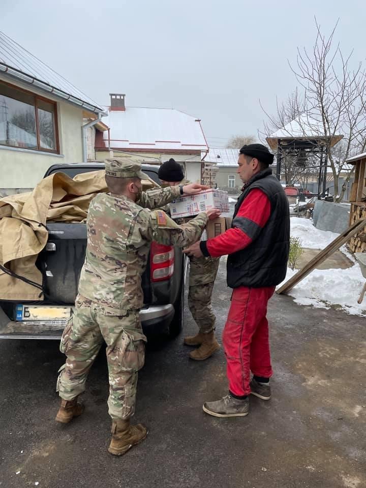 Американські солдати передали гуманітарну допомогу малозабезпеченим Ужгородщини (ФОТО), фото-4