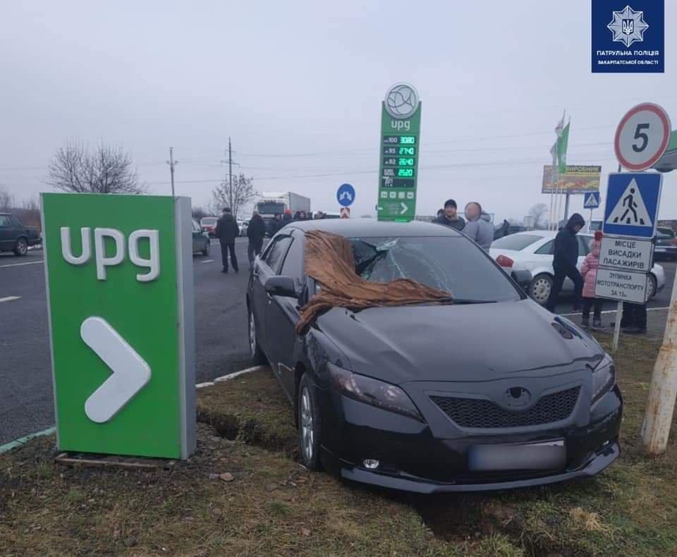 Біля Ужгорода внаслідок зіткнення двох автомобілів збили пішохода (ФОТО), фото-1