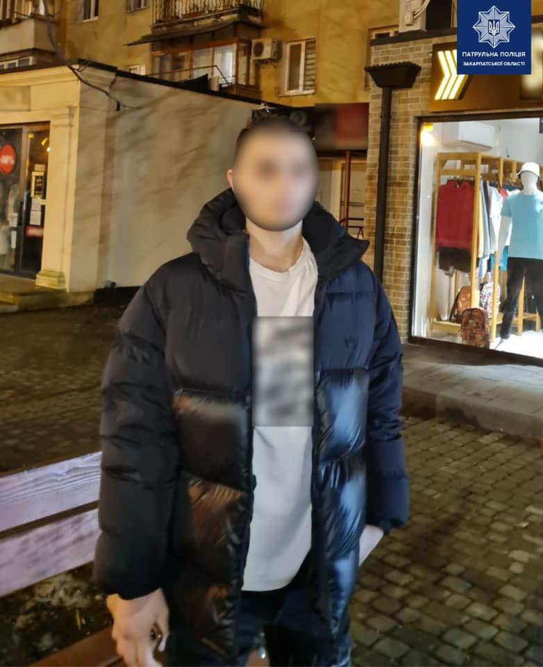В Ужгороді патрульні виявили у чоловіка наркотики (ФОТО), фото-1