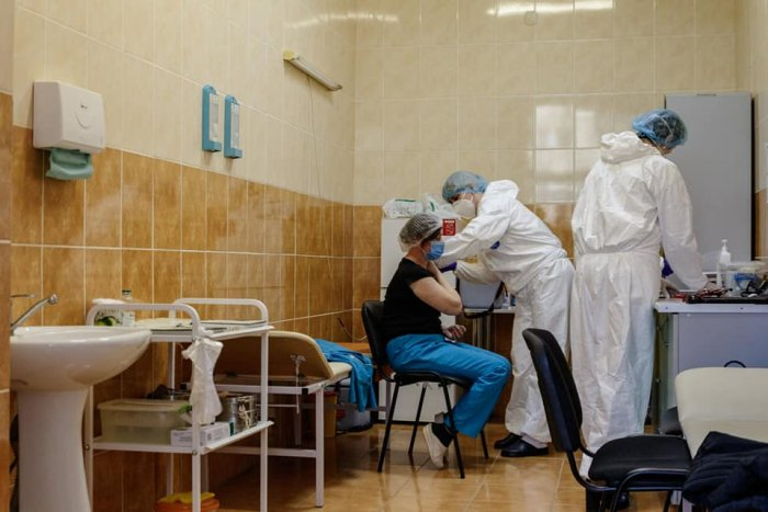 За два тижні ужгородські мобільні бригади вакцинували 860 людей від COVID-19 (ФОТО), фото-1