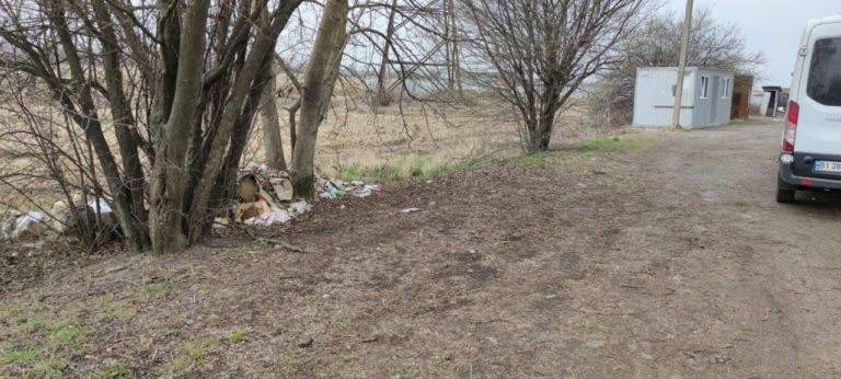 Муніципали Мукачева оштрафувала чоловіка за викид сміття на зеленій зоні (ФОТОФАКТ), фото-2