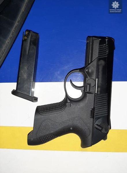 На Закарпатті патрульні затримала порушника ПДР та випадково виявили в нього зброю (ФОТО), фото-1