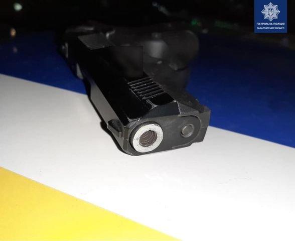 На Закарпатті патрульні затримала порушника ПДР та випадково виявили в нього зброю (ФОТО), фото-2