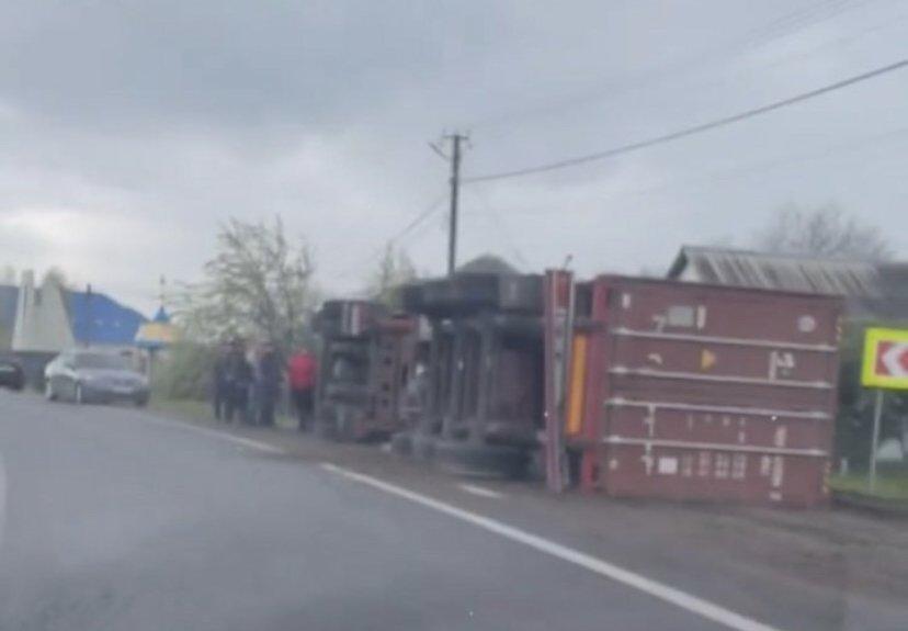 На Закарпатті вантажівка перекинулася біля проїжджої частини (ФОТОФАКТ), фото-1