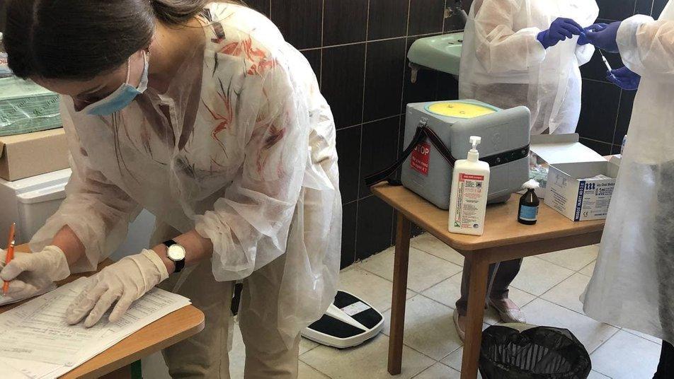 Учителі Ужгородської школи №19 отримали першу дозу вакцини Pfizer (ФОТО), фото-2